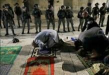 AGRESI ISRAEL: Muslim Palestina tetap shalat tarawih di Masjid Al Aqsa di tengah agresi Israel.   Foto: IST
