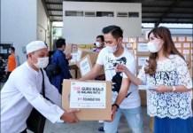 THR UNTUK GURU NGAJI: J99 Foundation membagikan THR untuk guru ngaji se-Malang Raya. | Foto: Barometerjatim.com/IST