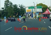 PENYEKATAN: Penjagaan penyekatan larangan mudik lebaran di check point Bundaran Waru. | Foto: Barometerjatim.com/ROY HS