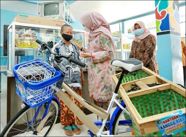 KANGGO RIKO: Bupati Ipuk Fiestiandani, beri bantuan alat usaha produktif gratis ke warga. | Foto: Barometerjatim.com/IST
