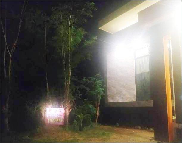 SEGERA EVALUASI: Rumah rumah isolasi di wilayah Kecamatan Banyuates yang dipasangi banner. | Foto: Barometerjatim.com/IST