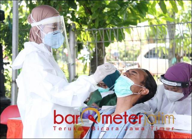 SWAB: Pengendara di-swab antigen saat penyekatan di kaki Jembatan Suramadu sisi Surabaya. | Foto: Barometerjatim.com/IST