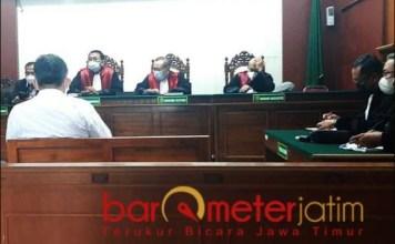 DITUNTUT 3 TAHUN: Dirut DTA, Imam Santoso dituntut tiga tahun penjara dalam perkara tipu gelap kayu. | Foto: Barometerjatim.com/ABDILLAH