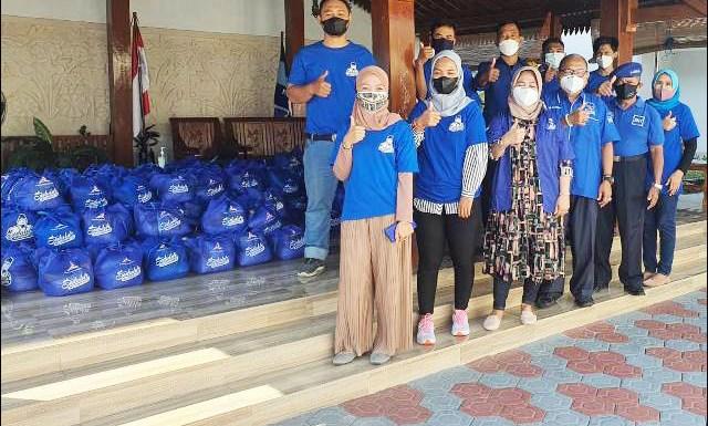 DEMOKRAT PEDULI: Fraksi Partai Demokrat DPRD Jatim salurkan paket sembako ke seluruh Jatim. | Foto: Barometerjatim.com/IST