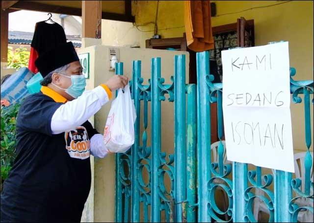 PKS BERBAGI: Irwan Setiawan, bagikan paket daging kurban untuk terjangkit Covid-19 yang isoman.   Foto: Barometerjatim.com/IST