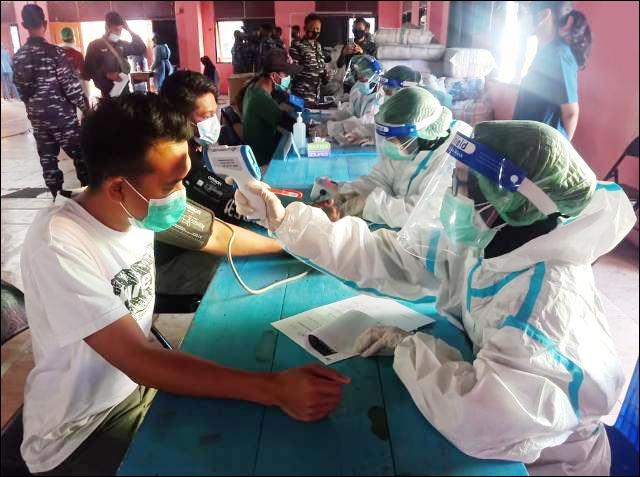 GERAK CEPAT TNI AL: Kegiatan vaksinasi Covid-19 yang dilakukan Koarmada II di Pulau Sapeken. | Foto: Koarmada II