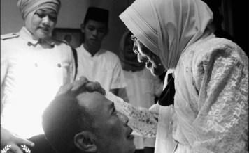 IBUNDA BERPULANG: Hj Suyatun saat mengelus kepala Bupati Ponoroga, Sugiri Sancoko. | Foto: Instagram