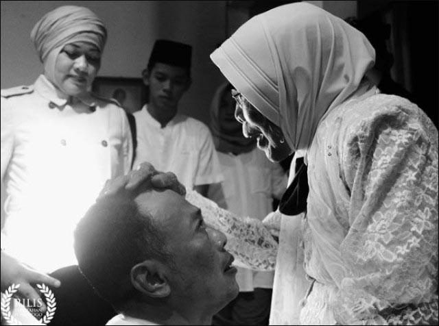 IBUNDA BERPULANG: Hj Suyatun saat mengelus kepala Bupati Ponoroga, Sugiri Sancoko.   Foto: Instagram