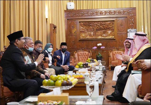 SAMBUTAN HANGAT: Anwar Sadad (kiri) berbicara bahasa Arab dengan Dubes Essam bin Abed al-Thaqafi. | Foto: Barometerjatim.com/IST