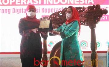 DEKOPIN: Khofifah (kiri) dan Sri Untari saat membuka Rakernas Dekopin 2021 di Surabaya.   Foto: Barometerjatim.com/ROY HS