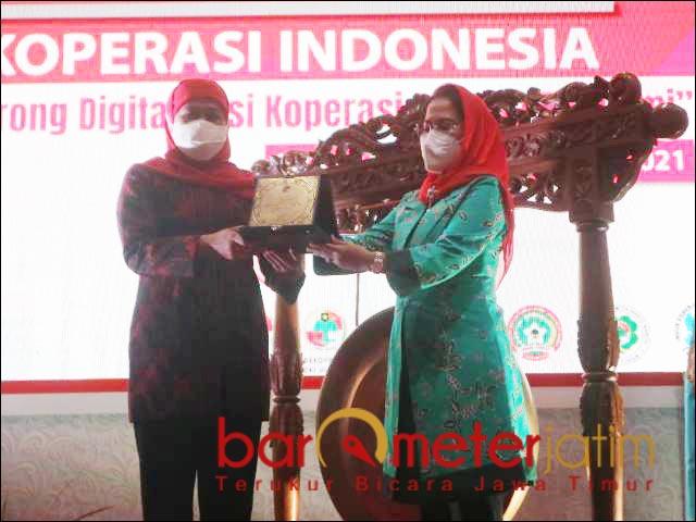 DEKOPIN: Khofifah (kiri) dan Sri Untari saat membuka Rakernas Dekopin 2021 di Surabaya. | Foto: Barometerjatim.com/ROY HS