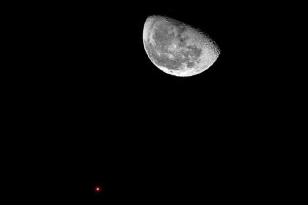 القـمر والـدبران يضيآن ليل السماء العربية
