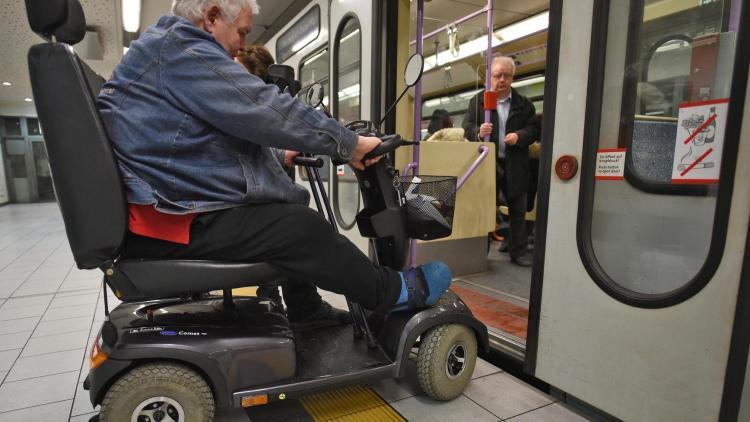 Genau wie in Köln (Bild) war die Mitnahme von E-Scootern auch in den Fahrzeugen der Nürnberger VAG verboten. Jetzt sollen die Fahrzeuge wieder mitgenommen werden - aber nur in Bussen und nur, wenn sie ein Piktogramm aufwiesen, das sie als geeignet ausweist. © Henning Kaiser/dpa