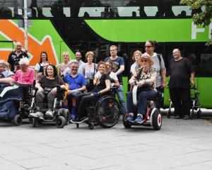 Gruppenfoto der Teilnehmer/innen des Workshops vor dem FlixBus. Foto: FlixBus