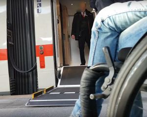 Rollstuhlfahrerin an Lift ICE4