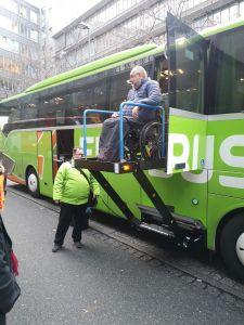 Barrierefreier Ausstieg aus Flixbus