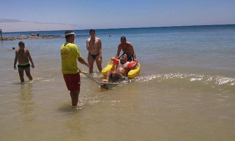 Sieben Tage in der Woche sind von 10-19 Uhr Rettungsschwimmer am Strand von Arrecife, die darauf spezialisiert sind, körperlich eingeschränkte Personen ins Wasser zu begleiten.