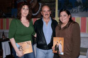 El libretista colombiano acompañado de las fanáticas
