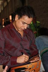 """""""Don Armando"""" firmó autógrafos para las visitantes"""