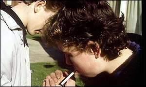 Niños no pueden coger cigarrillos