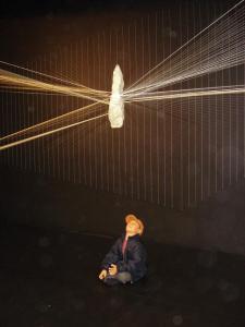 Niño experimentando el arte de Milton Becerra - ArtBo 2009