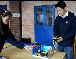 Aula dotada con robótica en Usme