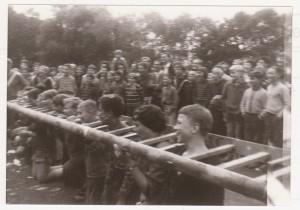 evangelisches KinderMisbrauchsLager am Edersee1961, Morgenapell der Kirchen-Opfer. Die Kinder-Sünder knien im SündenPranger, links am Bildrand der Diakon, der sie nachts tröstete