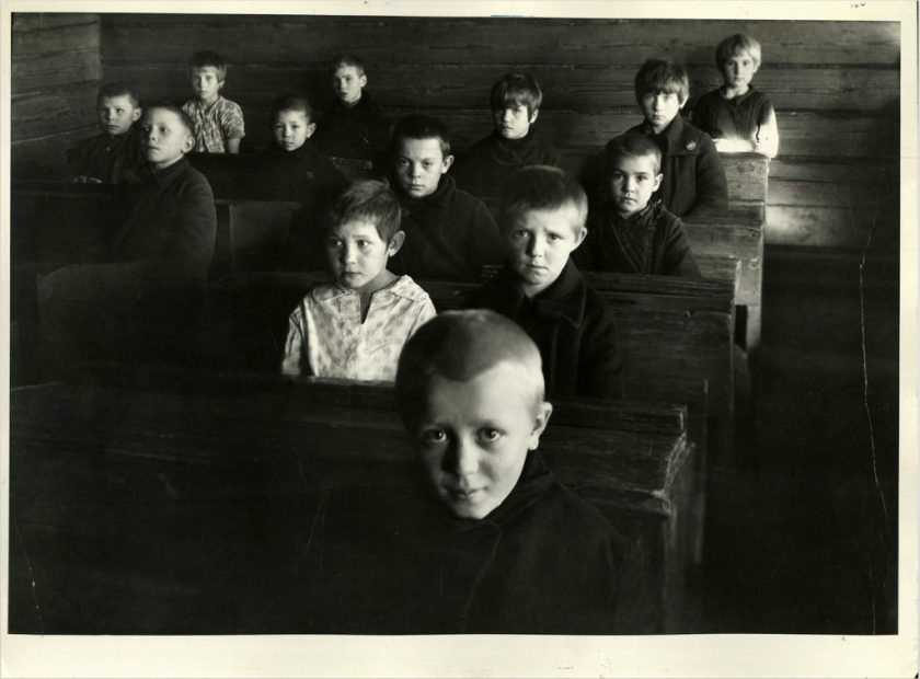 margaret-bourke-white-russian-children-sitting-in-the-village-school-1931
