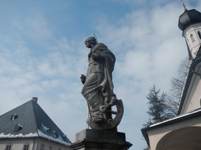 Statue an der Priener Kirche