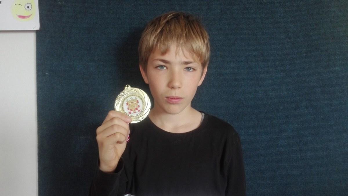 Mladi zlatni boksač