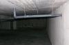 Pod basenem ze sztuczną falą.