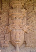 Maya sculpturen in Quiriguá