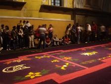 De tapijten liggen te wachten op de processie