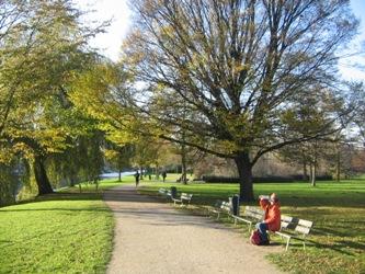 Op een bankje in een park in Amsterdam