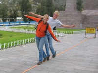 Bas en Eelco balancing on the fake ecautor