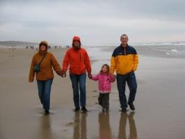 Manon, Bas, Elana en Rob op het strand bij Egmond