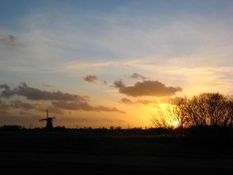 Het Westzijderveld in de vroege avond
