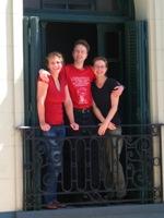 Machiel met de vrouwen in het hostel