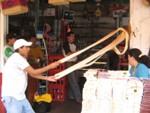 In Baños wordt met de hand een soort toffee gemaakt
