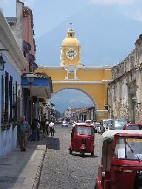 Tuktuks under the Arco de Antigua