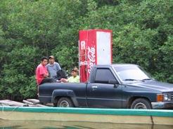 Ook Coca-Cola wordt met de boot door de Mangroves heen aangevoerd