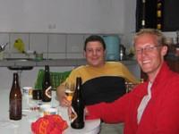 Gezellig potje bier in de keuken van het hostel