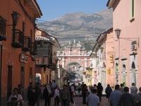 Straatbeeld Ayacucho, met de Arco de Independencia op de achtergrond