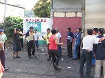 Dronken indianen boksen voor de lol op straat
