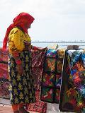 Kuna vrouw verkoopt zelfgemaakte Mola's