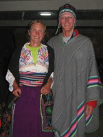 Bas en Eelco in lokale kleding