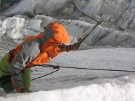 Bas oefent de stijle ijswand beklimming