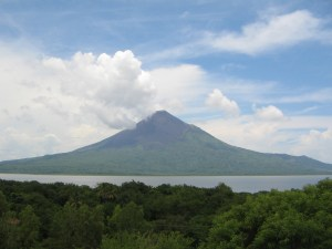 IMG_4157_Vanaf_Leon_Viejo_uitzicht_op_vulkaan_Momotombo_symbool_van_Nicaragua_1280m