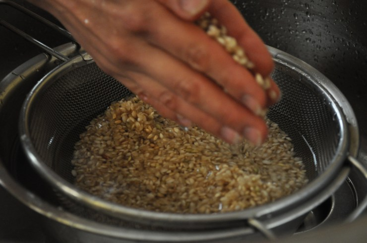 Rinsing the Japanese brown rice in water - Recipe