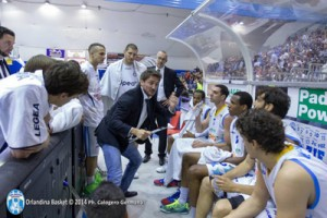 Peppe Foti alle spalle di Pozzecco durante un time out (foto © J. Pappalardo - Orlandina Basket)
